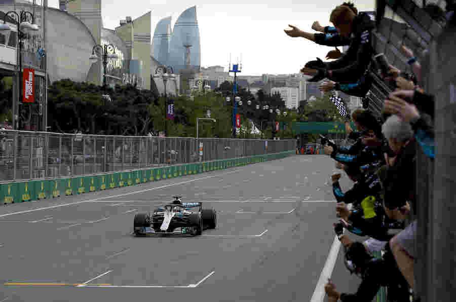 阿塞拜疆大奖赛:汉密尔顿在野外种族中继承了胜利